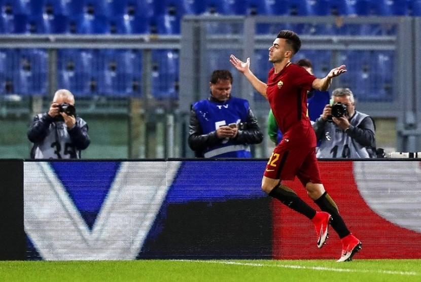 Penyerang AS Roma Stephan El Shaarawy merayakan golnya ke gawang Bologna, Ahad (29/10) dini hari WIB.