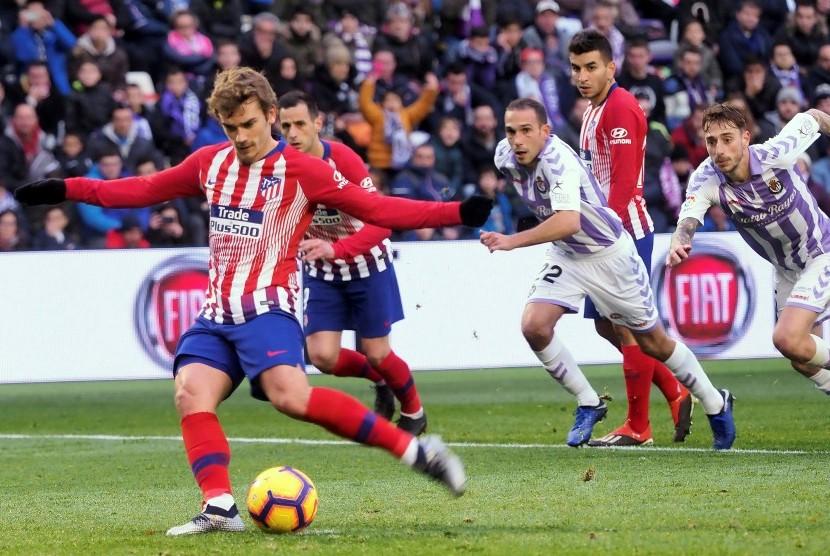 Penyerang Atletico Madrid Antoine Griezmann menendang penalti.