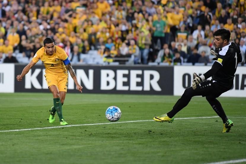 Penyerang Australia Tim Cahill saat menjebol gawang Suriah pada laga play-off Piala Dunia 2018 zona Asia, Selasa (10/10).