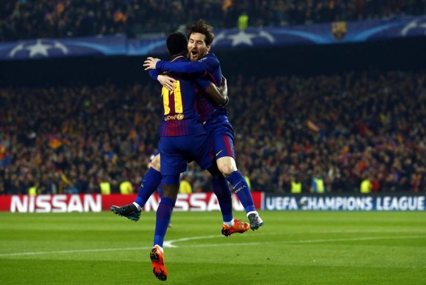 Penyerang Barcelona Lionel Messi (kanan) memeluk Ousmane Dembele yang membobol gawang Chelsea.