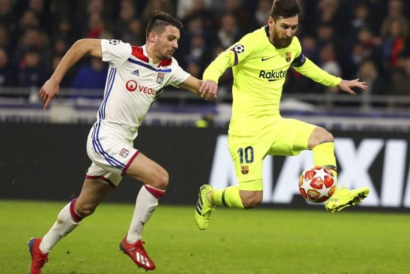Penyerang Barcelona Lionel Messi membawa bola.