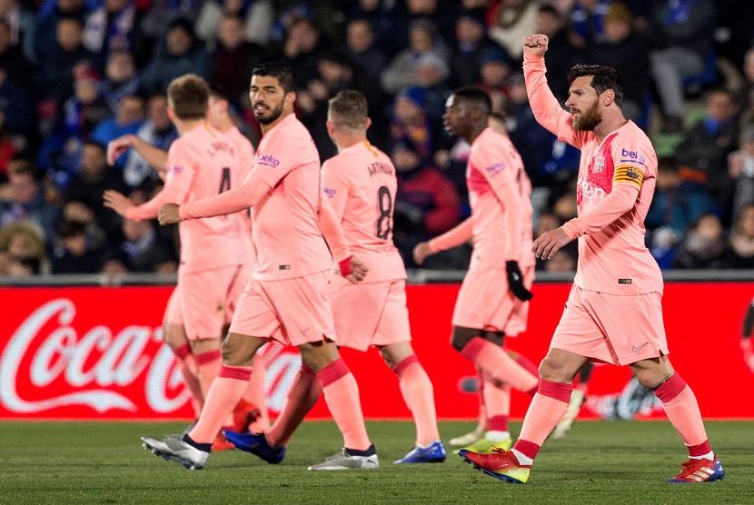 Penyerang Barcelona Lionel Messi mengepalkan tangan untuk merayakan gol ke gawang Getafe, di stadion Coliseum Alfonso Perez, Madrid Spanyol. Dalam pertandingan ini Barcelona menang 2-1 menghadapi Getafe