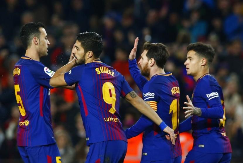 Penyerang Barcelona Luis Suarez (kedua kiri) merayakan gol ke gawang Girona bersama rekan-rekannya.