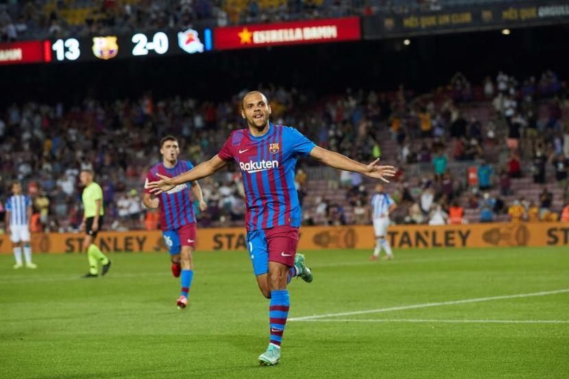 Penyerang Barcelona Martin Braithwaite merayakan golnya ke gawang real Sociedad.