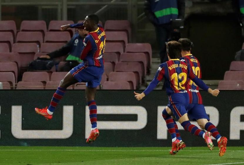 Penyerang Barcelona Ousmane Dembele (kiri) merayakan gol ke gawang Real Valladolid.