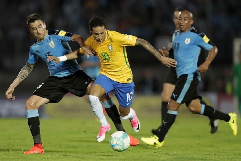 Penyerang Brasil Neymar (kanan) saat menghadapi Uruguay.