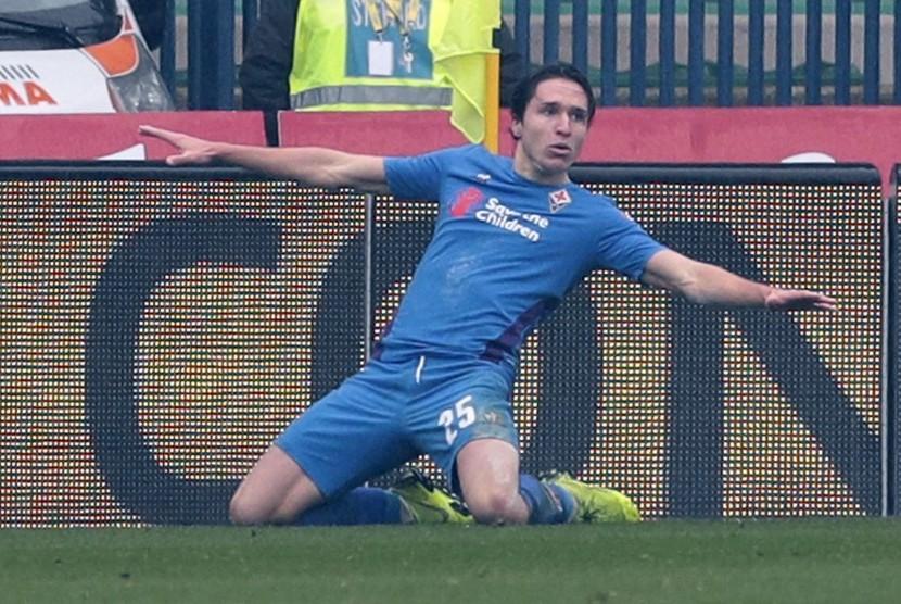 Penyerang Fiorentina Federico Chiesa merayakan golnya ke gawang Chievo.