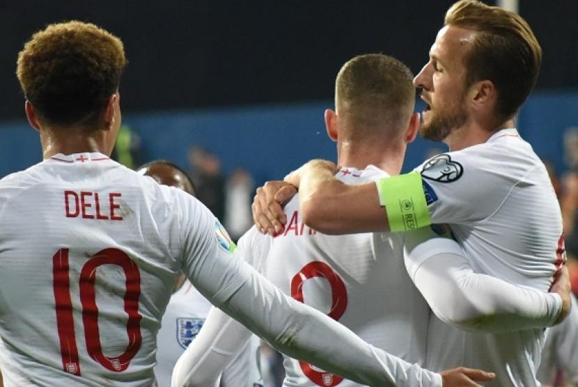 Penyerang Inggris Harry Kane (kanan) merayakan golnya ke gawang Montenegro.