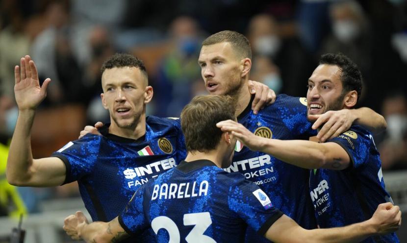 Penyerang Inter Milan Edin Dzeko (kedua kanan) merayakan golnya ke gawang Juventus.