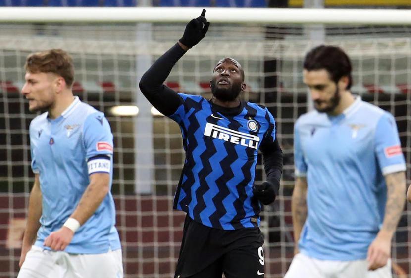Penyerang Inter Milan Romelu Lukaku (tengah) merayakan gol yang dicetaknya ke gawang Lazio.