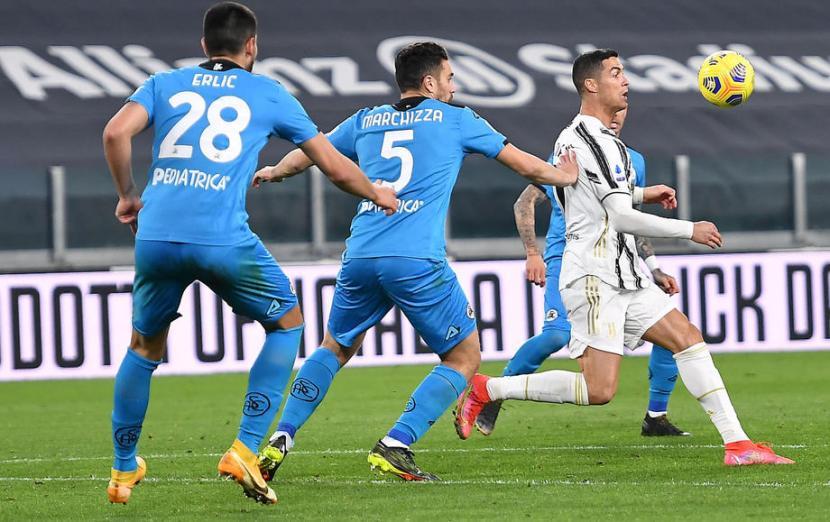 Penyerang Juventus Cristiano Ronaldo (kanan) dikepung para pemain Spezia.