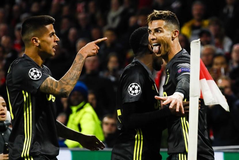 Penyerang Juventus Cristiano Ronaldo (kanan) merayakan golnya ke gawang Ajax.