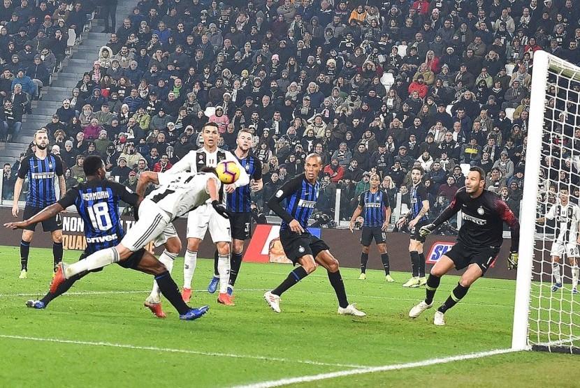 Penyerang Juventus Mario Mandzukic (kiri) saat menjebol gawang Inter Milan.
