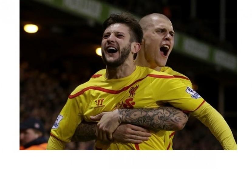Penyerang Liverpool Adam Lallana (depan) merayakan golnya ke gawang Crystal Palace bersama Martin Skrtel dalam lanjutan Piala FA, Ahad (15/2). Liverpool menang 2-1 dan lolos ke perempat final.