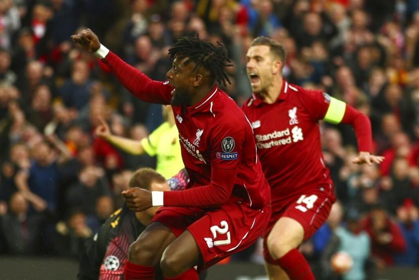 Penyerang Liverpool Divock Origi (kiri) merayakan golnya ke gawang Barcelona.