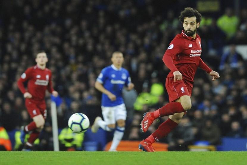 Penyerang Liverpool Mohamed Salah (kanan) beraksi saat melawan Everton.