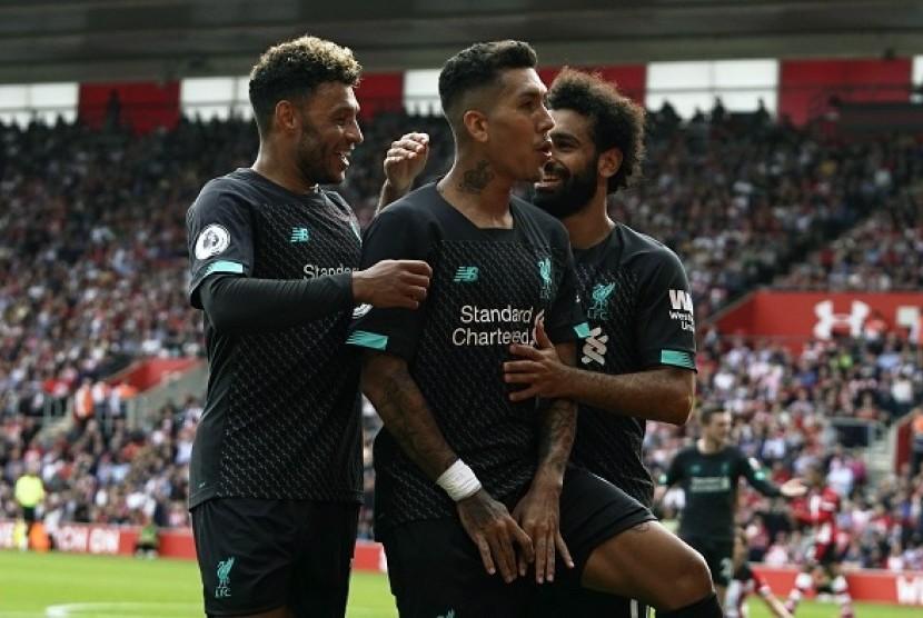 Penyerang Liverpool Roberto Firmino (tengah) merayakan golnya ke gawang Southampton.