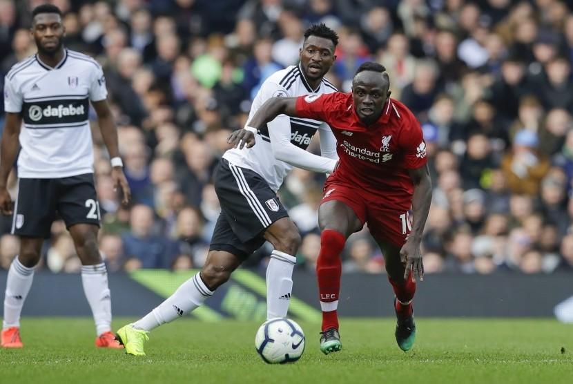 Penyerang Liverpool Sadio Mane (kanan).
