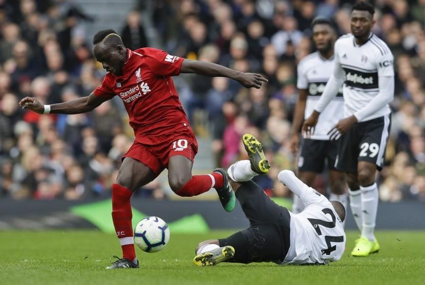 Penyerang Liverpool Sadio Mane (kiri).