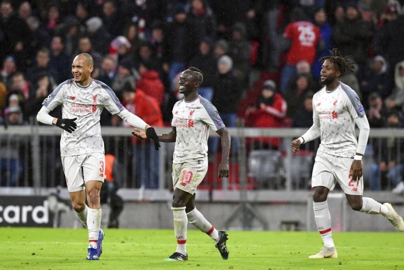 Penyerang Liverpool Sadio Mane (tengah) merayakan golnya bersama rekan-rekannya.