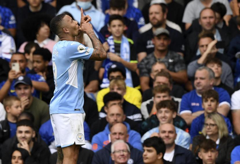Penyerang Manchester City Gabriel Jesus merayakan golnya ke gawang Chelsea.
