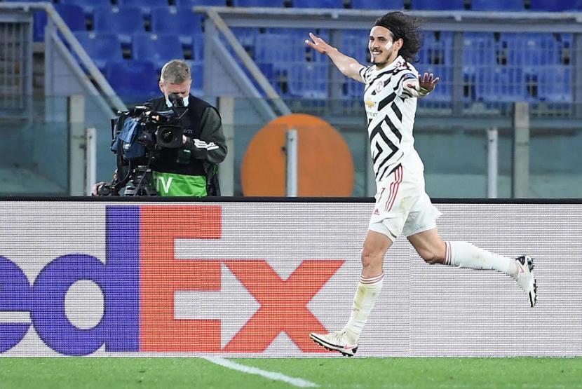 Penyerang Manchester United Edinson Cavani merayakan golnya ke gawang AS Roma pada leg kedua semifinal Liga Europa di Stadion Olimpico, Roma, Jumat (7/5) dini hari WIB.