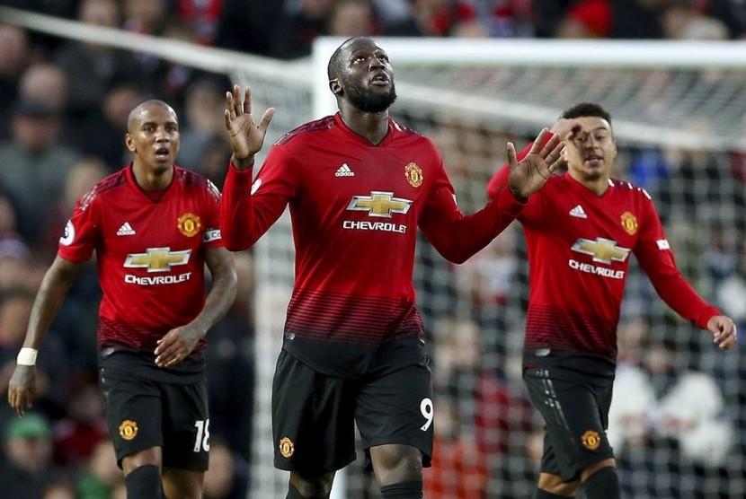 Penyerang Manchester United Romelu Lukaku (tengah) merayakan golnya ke gawang Fulham.