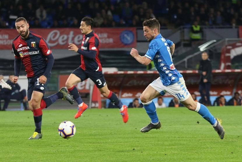 Penyerang Napoli Dries Mertens mengejar bola saat melawan Genoa pada laga Serie A.