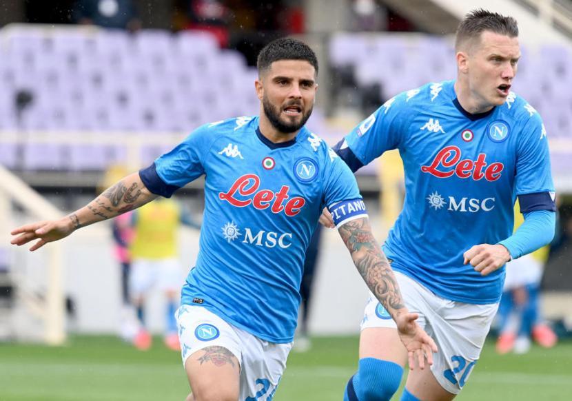 Penyerang Napoli Lorenzo Insigne (kiri) merayakan gol ke gawang Fiorentina dalam lanjutan Serie A.