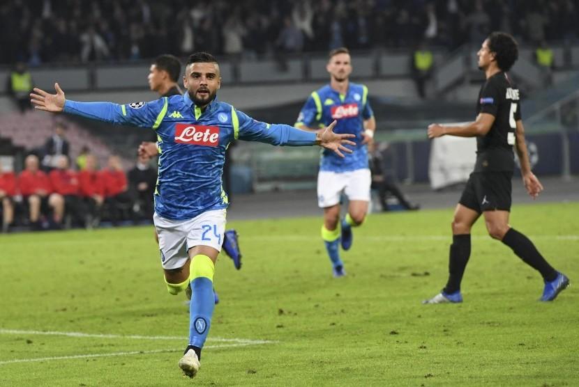 Penyerang Napoli Lorenzo Insigne merayakan keberhasilan menaklukkan kiper PSG Gianluigi Buffon dari titik putih.