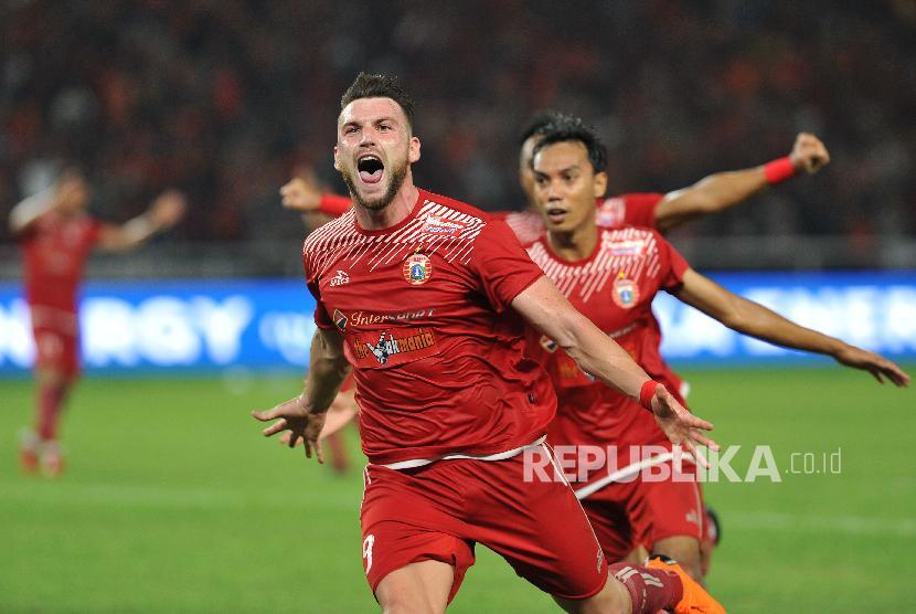 Penyerang Persija Jakarta Marco Simic melakukan selebrasi seusai mencetak gol ke gawang Bali United pada pertandingan final Piala Presiden 2018 di Stadion Gelora Bung Karno Senayan, Jakarta, Sabtu (17/2).