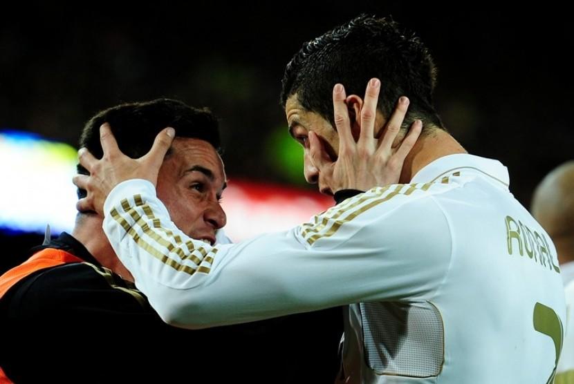Penyerang Real Madrid Cristiano Ronaldo meluapkan kegembiraan dengan Callejon usai mencetak gol kemenangan atas Barcelona di Nou Camp (22/4)