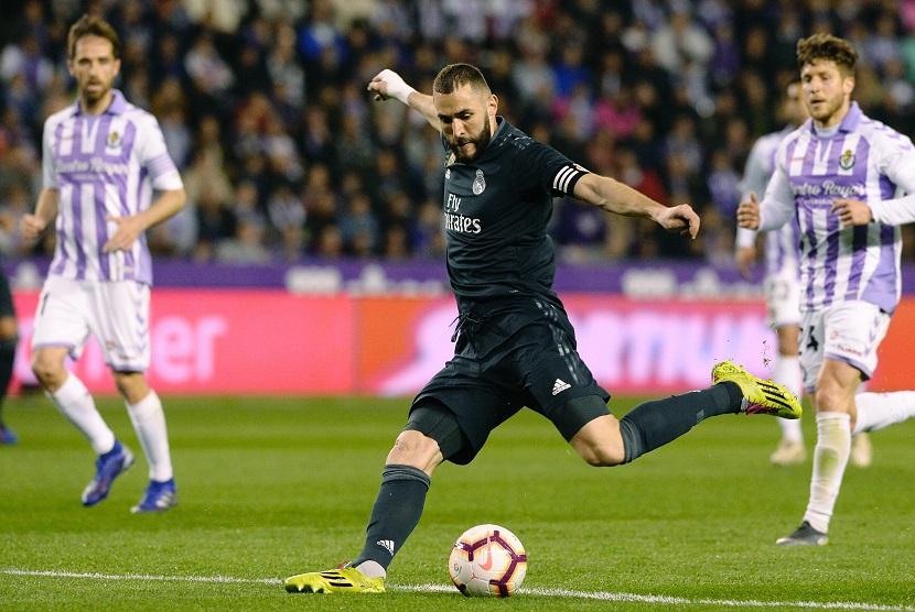 Penyerang Real Madrid Karim Benzema ketika melawan tuan rumah, Real Valladolid, pada jornada ke-27 La Liga, Senin (11/3) dini hari WIB.