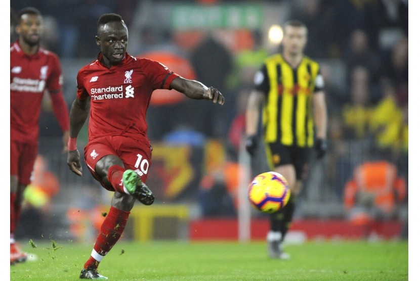 Penyerang sayap Liverpool Sadio Mane melepaskan tendangan ke gawang Watford.