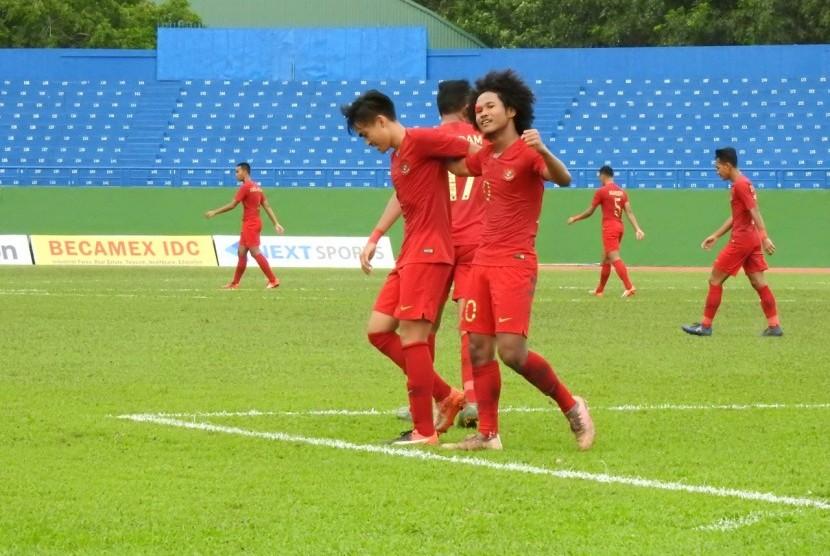 Penyerang timnas Indonesia U-18 Bagus Kahfi (kanan) berselebrasi usai menjebol gawang Brunei Darussalam U-18.
