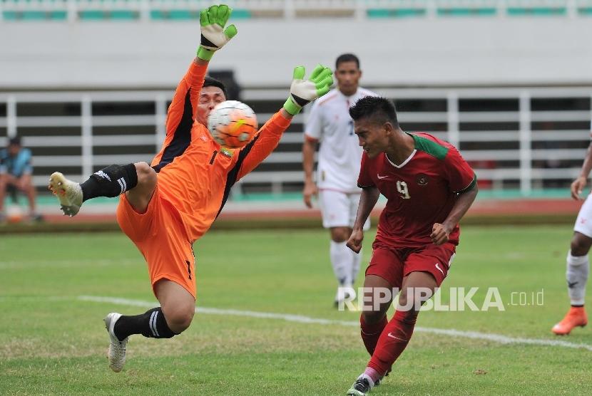 Penyerang timnas Indonesia U-22 Nur Hardianto menyundul bola ke gawang Myanmar dalam laga persahabatan di Stadion Pakansari, Cibinong, Bogor, Selasa (21/3).