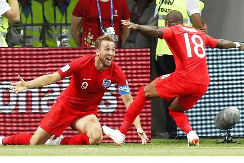 Penyerang timnas Inggris, Harry Kane, merayakan golnya dengan Ashley Young.