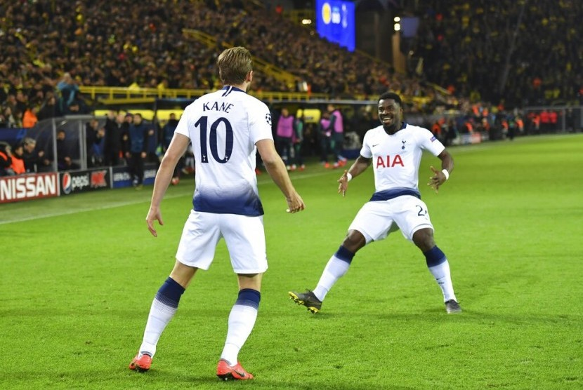 Penyerang Tottenham Hotspur Harry Kane (kiri) merayakan golnya ke gawang Borussia Dortmund dengan rekannya Serge Aurier.