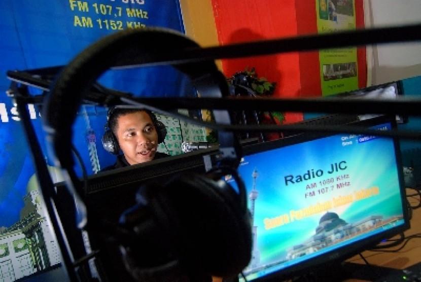 Penyiar radio Jakarta Islamic Center (JIC) saat siaran di Kompleks Jakarta Islamic Center, Jakarta Utara.
