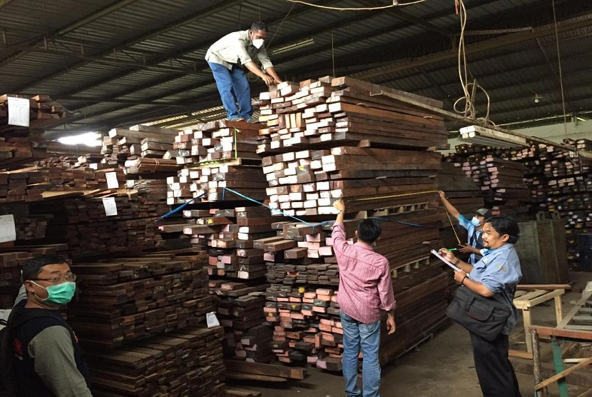 Penyidik Balai Gakkum KLHK Wilayah Jabalnusra segera menyerahkan WD (49), pemimpin Koperasi Serba Usaha (KSU) Cendrawasih, tersangka kasus kayu merbau ilegal dari Kepulauan Aru dan barang bukti 4.832 batang kayu merbau, kepada Kejaksaan Tinggi Jawa Timur untuk segera disidangkan.