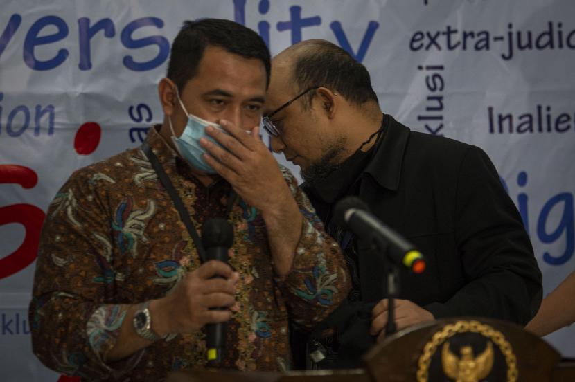 Penyidik Komisi Pemberantasan Korupsi (KPK) Novel Baswedan (kanan) dan Penyidik Komisi Pemberantasan Korupsi (KPK) Harun Al Rasyid (kiri).