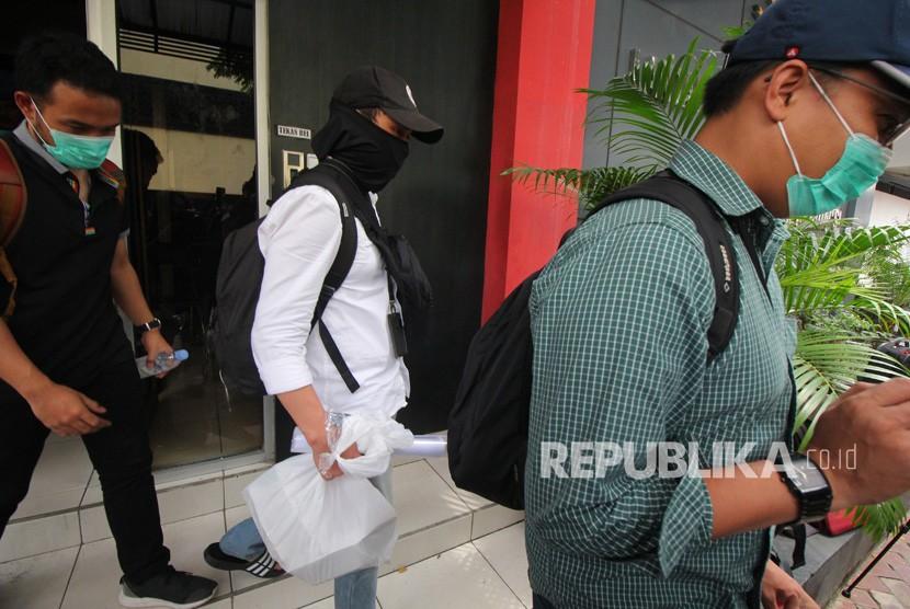 Penyidik KPK berjalan keluar dari Gedung Subdit III Tipidkor Polda Jatim, Surabaya, Jawa Timur, Jumat (15/3/2019).