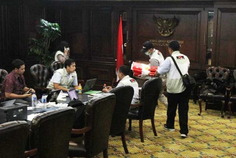 Penyidik KPK geledah ruang kerja ketua MK Akil Mochtar.