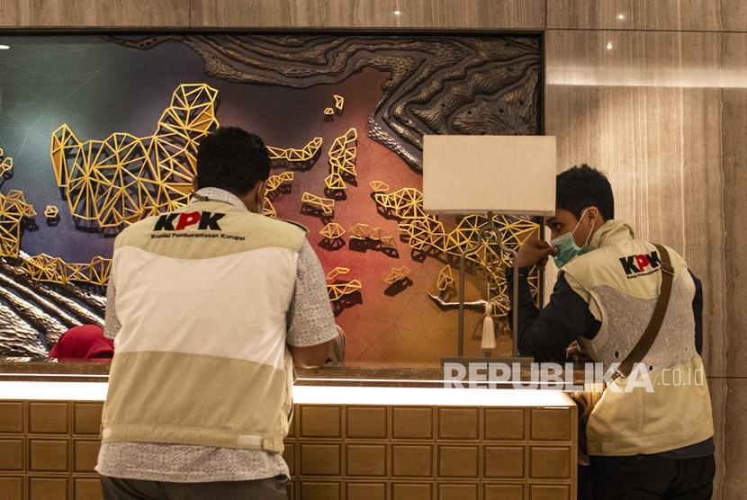 Penyidik KPK (kiri) beraktivitas di ;antai direksi Kantor Pusat PLN saat penggeledahan di Jakarta, Senin (16/7).