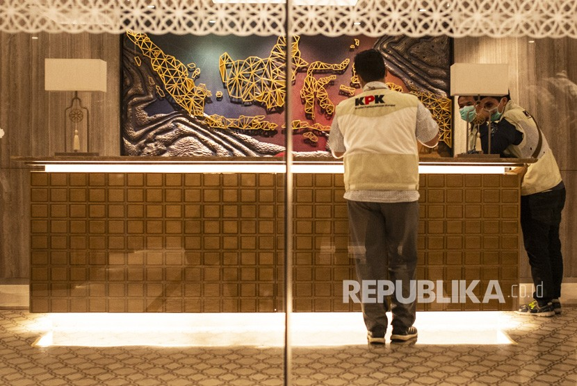 KPK investigators search PLN headquarters in Jakarta, Monday (July 16).
