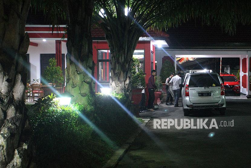 Penyidik KPK masuk ke dalam mobil seusai melakukan penggeledahan di Rumah Dinas Wali Kota Blitar, di Blitar, Jawa Timur, Kamis (7/6)