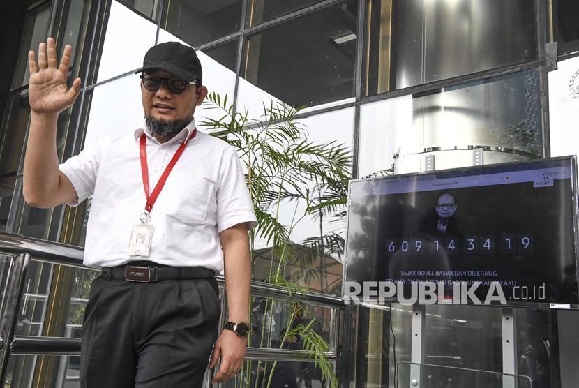 Penyidik KPK Novel Baswedan berdiri di samping layar yang menampilkan hitung maju waktu sejak penyerangan terhadap dirinya saat diluncurkan di gedung KPK, Selasa (11/12/2018).