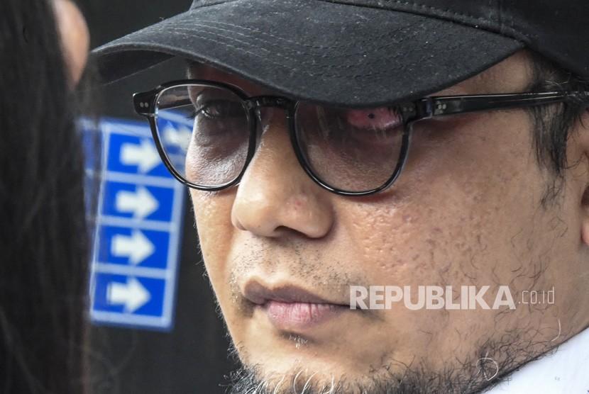 Penyidik KPK Novel Baswedan menjawab pertanyaan wartawan saat peluncuran Jam Waktu Novel di gedung KPK, Selasa (11/12/2018).