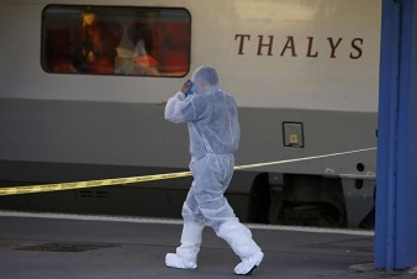Penyidik memeriksa kereta super cepat Amsterdam-Paris yang diserang, Jumat (21/8).