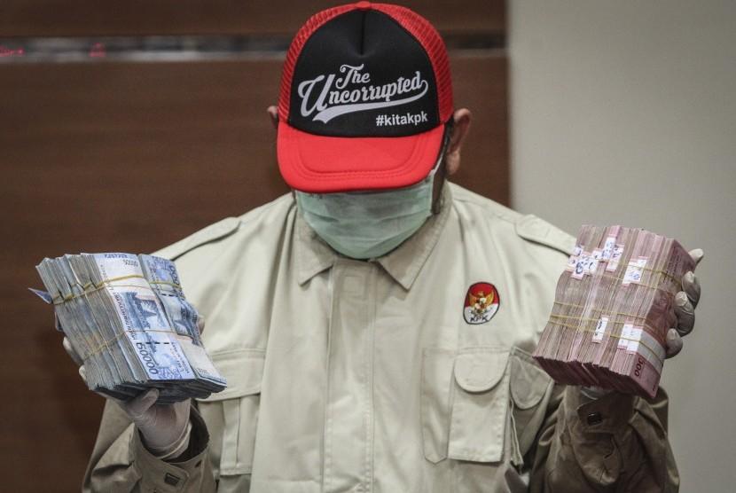 Penyidik menunjukkan barang bukti operasi tangkap tangan di Lampung Selatan di gedung KPK, Jakarta, Jumat (27/7).
